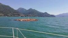 Un isolotto di detriti e legno nel lago di Como