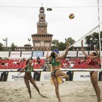 Milano, la sabbia dove non ti aspetti: si gioca a beach volley davanti al Castello