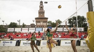 La sabbia dove non ti aspetti: beach volley vista Castello