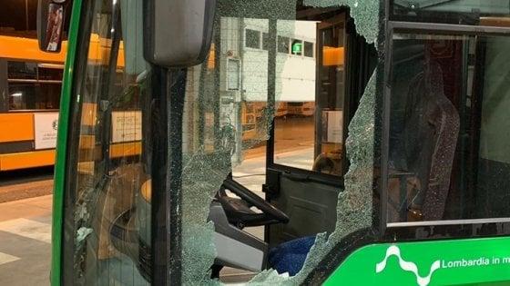 Milano, autista del bus Atm aggredito da un ubriaco che spacca il finestrino e lo colpisce