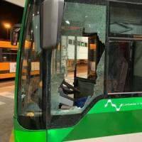 Milano, autista del bus Atm aggredito da un ubriaco che spacca il finestrino