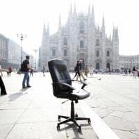 Milano, il 'mistero' della poltrona abbandonata in piazza Duomo: i turisti la usano per le foto