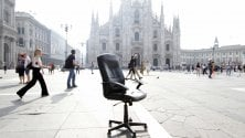 Il 'mistero' della poltrona abbandonata in piazza Duomo: i turisti la usano come set per le foto