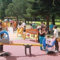 Milano, un parco giochi accessibile a tutti: scivoli e altalene anche per