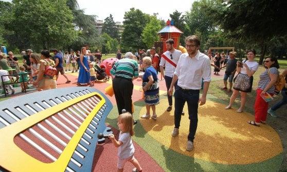 Milano, un parco giochi accessibile a tutti: scivoli e altalene anche per i bambini disabili