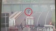 Camionista convince ragazzo che vuole buttarsi dal cavalcavia a scendere sul suo tir