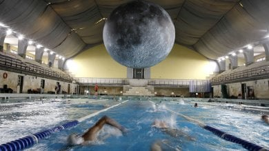Foto  Guarda che super luna: alla Cozzi la notte di nuoto con Museum of the moon