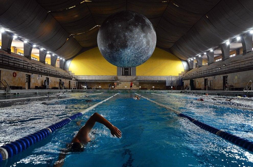 Guarda che super luna: alla piscina Cozzi notte di nuoto sotto l'installazione di Luke Jerram