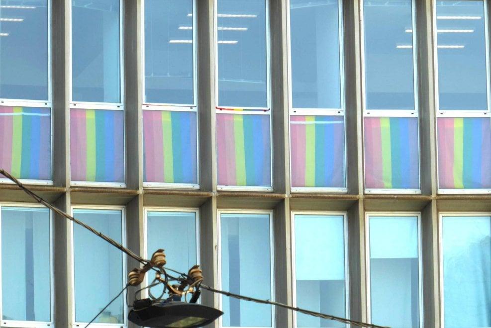 Milano, al consolato Usa le bandiere arcobaleno dietro i vetri