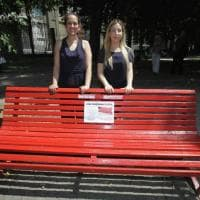 Milano, la panchina rossa contro la violenza sulle donne inaugurata ai Giardini della Guastalla