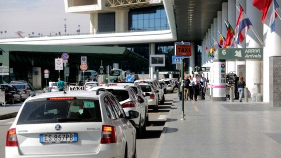 Milano, via libera alle nuove tariffe dei taxi: i viaggi da Malpensa costeranno 5 euro in più
