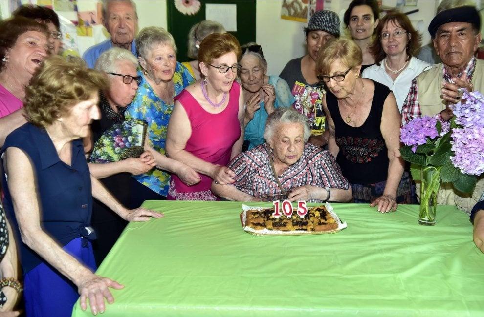 Milano, la nonna record del Giambellino festeggia i suoi 105 anni