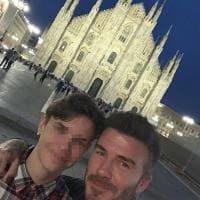 'Loving Milan', il selfie di Beckham con il figlio davanti al Duomo impazza sui social