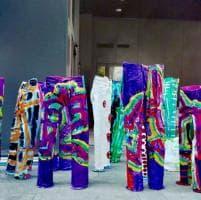 Milano, i jeans diventano un'installazione colorata dai ragazzi autistici