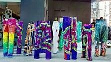 I jeans diventano un'installazione colorata dai ragazzi autistici