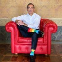 Il sindaco di Milano in posa con le calze arcobaleno:
