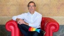 """Il sindaco in posa  con le calze arcobaleno:  """"Per la Milano dei diritti"""""""