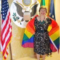 La console americana avvolta nella bandiera arcobaleno per il Milano Pride