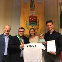 Famiglia olandese in visita a Lenna: la loro bambina si chiama come il paese bergamasco
