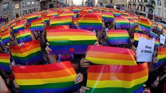 Palazzo Marino veste i colori dell'arcobaleno per il Pride di Milano