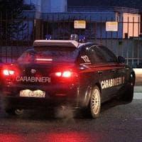 Sondrio, spara alla compagna che vuole lasciarlo e scappa con la figlia: arrestato dai carabinieri
