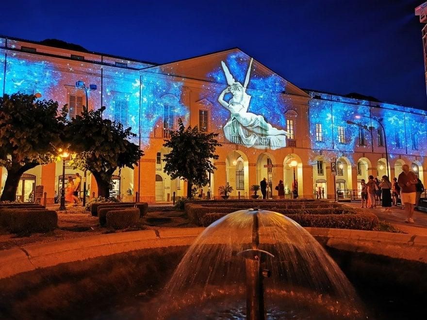 I capolavori d'arte proiettati sulle facciate dei palazzi: le notti romantiche di Lovere