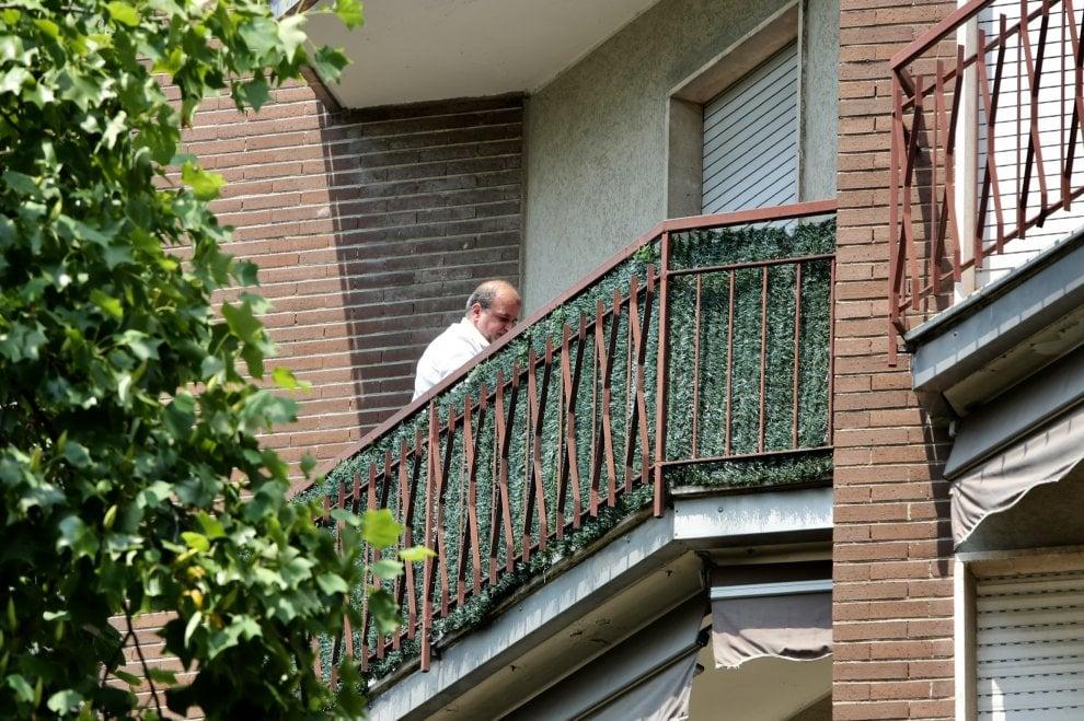 Legnano, uomo ucciso a coltellate dopo lite in famiglia: la scientifica nell'appartamento