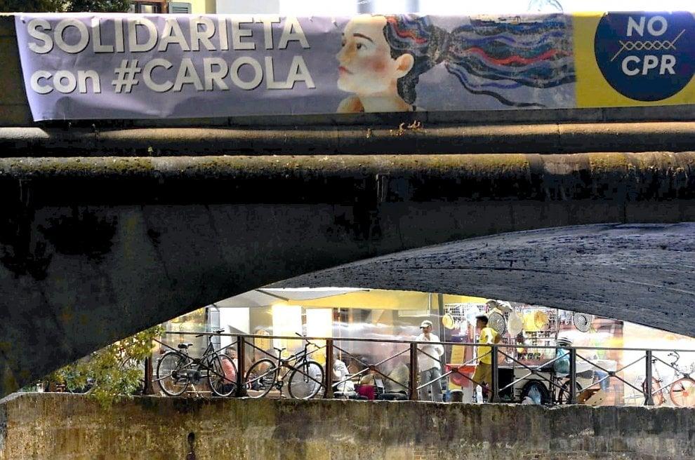 """""""Solidarietà con Carola"""", in Darsena uno striscione per la capitana"""