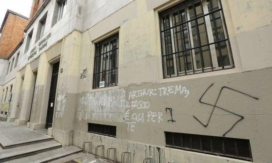 Scritte neofasciste e omofobe davanti ai licei di Milano: indagati tre minori vicini a Forza Nuova