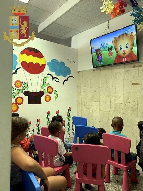 Milano, la questura apre uno spazio per i bambini nell'ufficio immigrazione