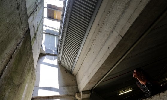 Milano, cede una grata del parcheggio dell'ospedale San Raffaele: uomo precipita per 13 metri, è grave