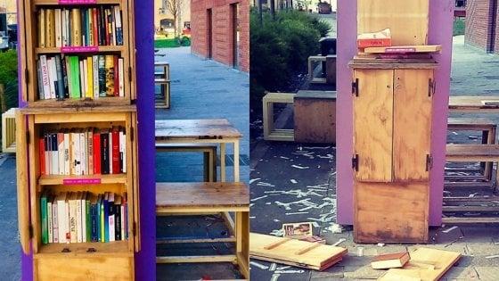 Milano, vandali distruggono la Piccola biblioteca libera: raccolta fondi per rimetterla a posto