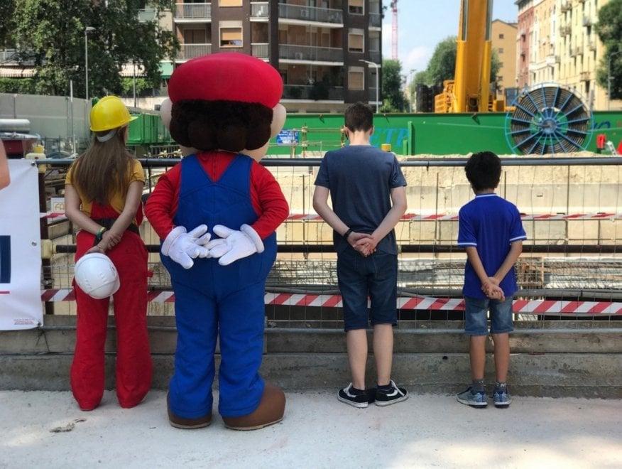 Super Mario diventa umarell: in visita al cantiere della M4 di Milano