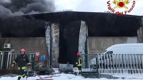 Incendio in un deposito di stoccaggio rifiuti a Settimo Milanese: le fiamme distruggono lo stabilimento
