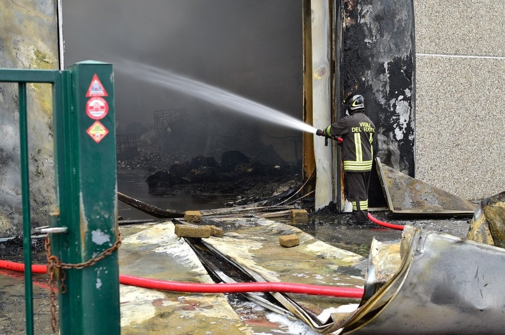 Brucia un'azienda di trattamento rifiuti a Settimo Milanese: i vigili del fuoco al lavoro
