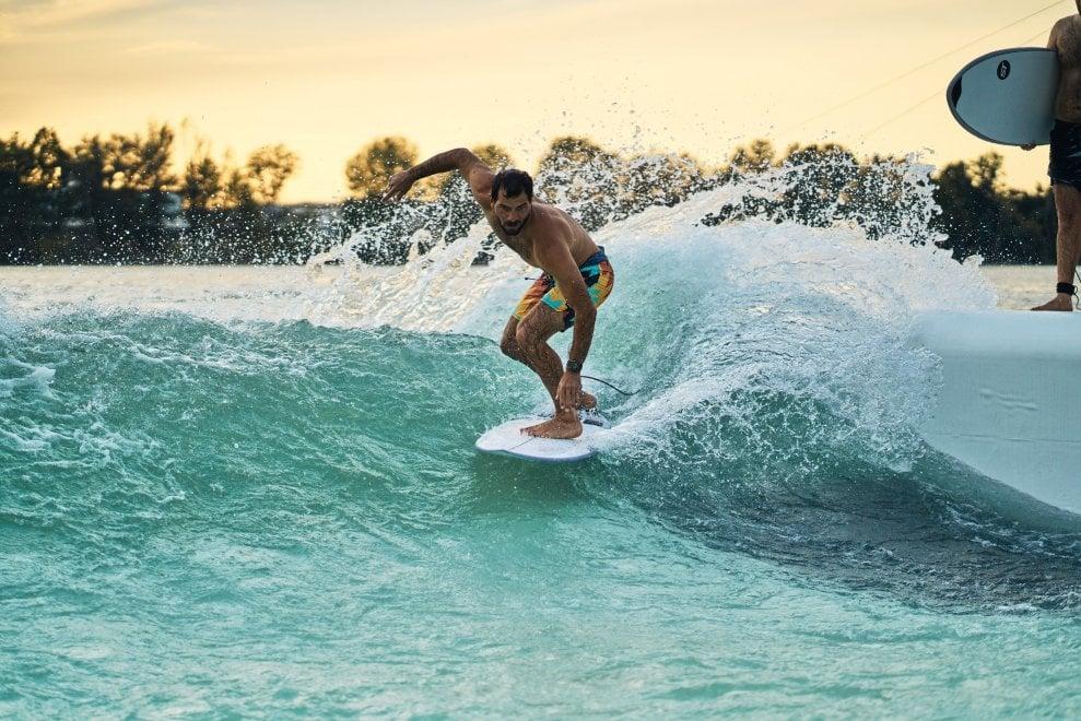 Sulla cresta dell'onda: all'Idroscalo di Milano i surfisti si allenano sulla prima wave pool di Italia