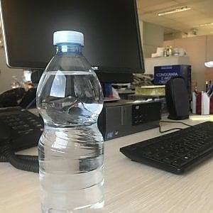 Voleva avvelenare un collega con l'acido nella bottiglia d'acqua: assolta a Milano per vizio di mente