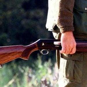 Bergamo, spara al figlio con il fucile durante lite: arrestato 56enne