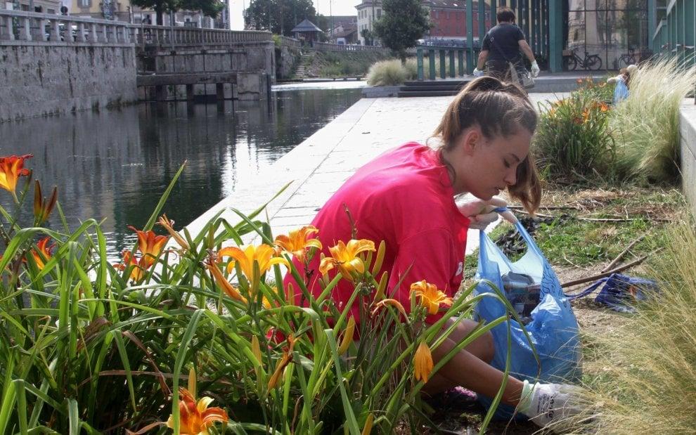 Milano, i volontari di Retake puliscono la Darsena dai rifiuti della movida