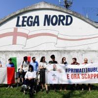 Fondi russi alla Lega, flash mob del Pd con i rubli davanti alla sede del Carroccio