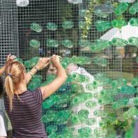 Milano: da 19mila bottiglie di plastica nasce in piazza un'opera d'arte