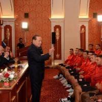 Berlusconi parla ai giocatori del suo Monza, ma la lezione è sulla politica