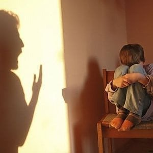 Vigevano, urla e minacce ai bambini: maestra d'asilo condannata a 4 mesi