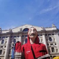 'La casa di carta' a Milano: la maxi maschera di Dalì invade piazza Affari