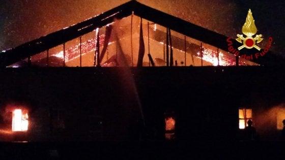 Incendio in un centro commerciale a Milano.Nessun ferito, gravi danni alle strutture