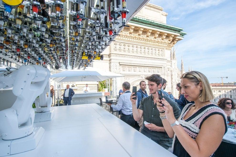 Milano, arriva il barman robot che prepara i cocktail sulla terrazza con vista Duomo