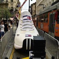 Milano: una scarpa gigante spunta in via Torino, ma è una pubblicità