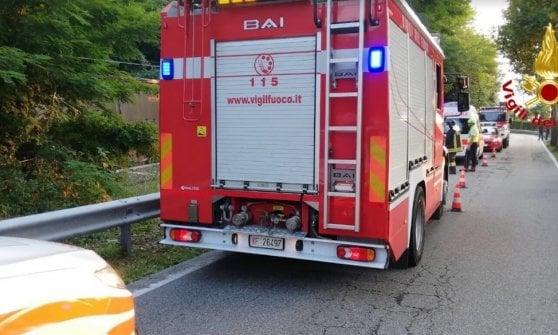Auto esce di strada e precipita sui binari, travolta da un treno merci: muoiono marito e moglie nel Varesotto