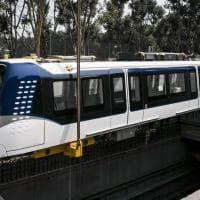 Milano, la gru solleva il primo treno della M4 e lo posa sui binari: le operazioni a Linate