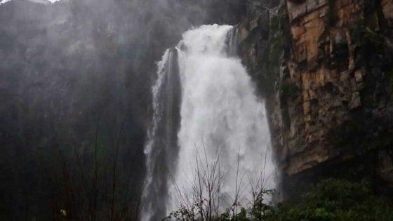 Escursionisti cadono in un dirupo accanto alla cascata: salvati dai vigili del fuoco di Como
